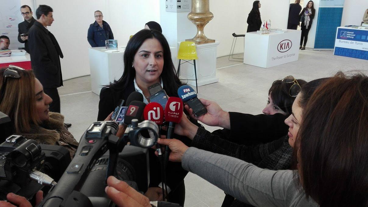Mme Wafa Laamiri, présidente du CJD, sollicitée par les médias.